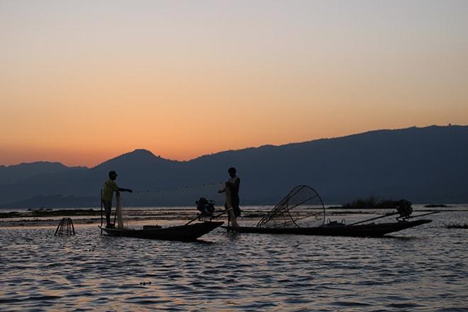 Pecheur coucher de soleil lac Inle Birmanie