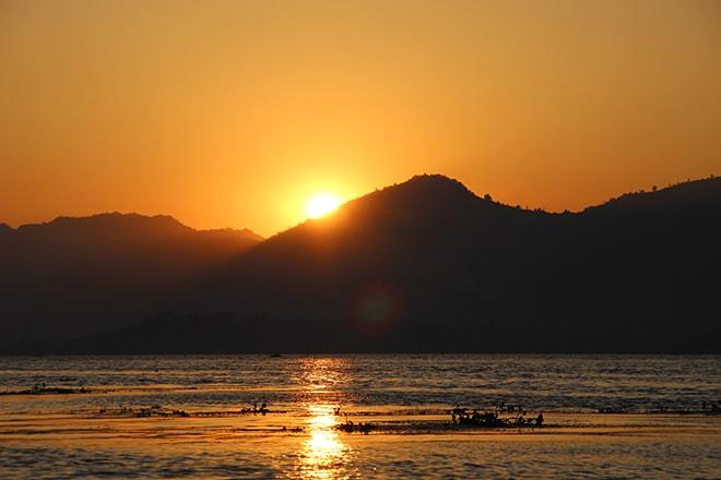 Soleil se couche lac Inle Birmanie