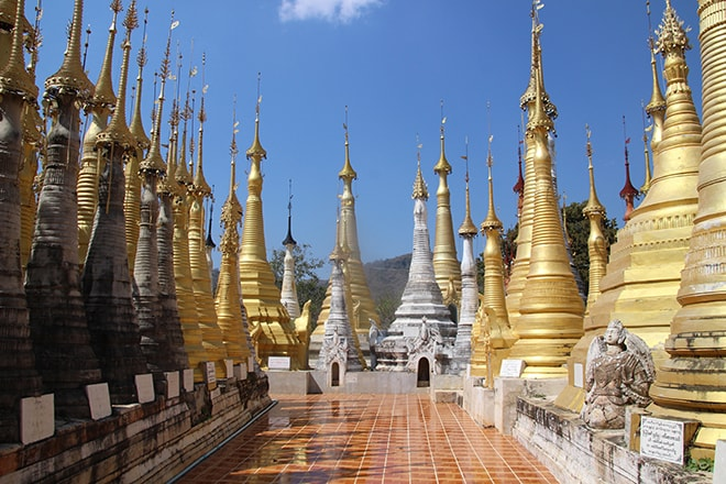 Temple et stuppas lac Inle Birmanie