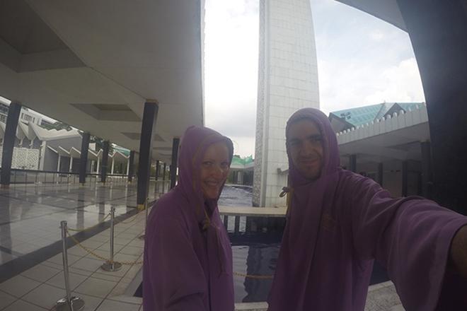 Tenue dans la mosquée de Kuala Lumpur