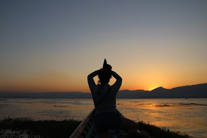 Yoga coucher de soleil lac Inle Birmanie