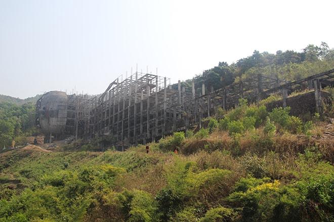 Nouveau bouddha allongé en construction près de Mawlamyine