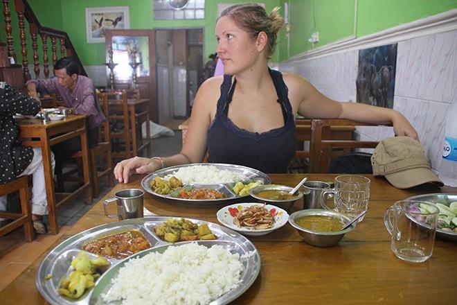 Repas dans un restaurant Indien à Mawlamyine