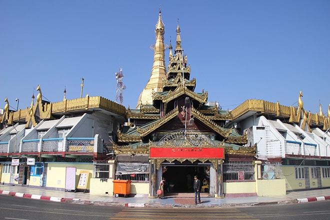 Sule pagoda au milieu d'un rond point.
