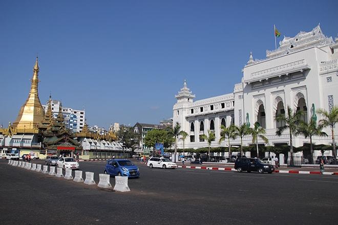 La pagode Sule et l'hôtel de ville de Yangon