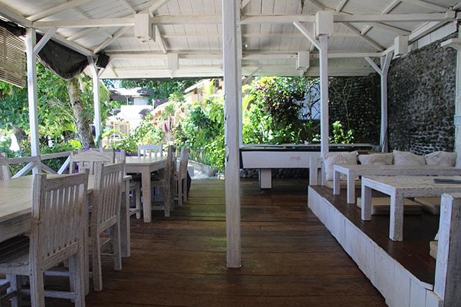 Espace commun repas Black Marling Dive Resort Kadidiri iles Togian où dormir dans les îles Togian