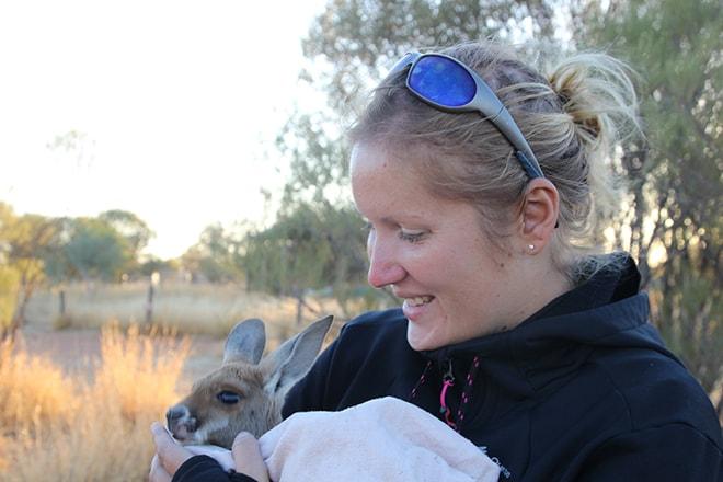 Elo et le bebe kangourou Kangaroo Sanctuary Alice Springs