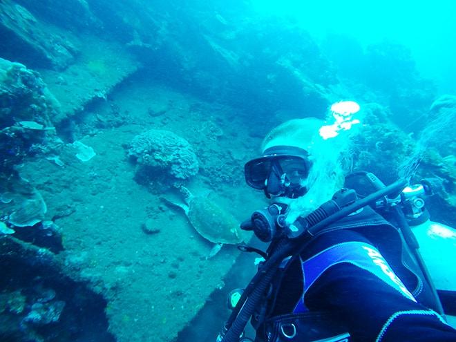 Selfie tortue plongee Tulamben Bali Yos Marine Epave Liberty