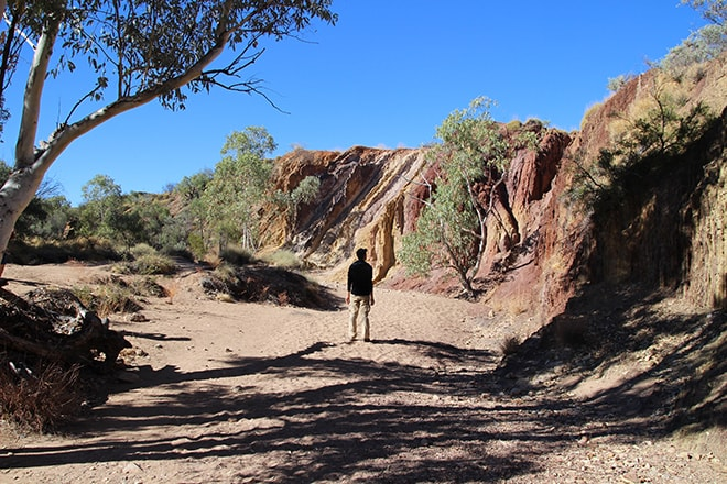 Tom au milieu de Ochre Pits Alice Springs