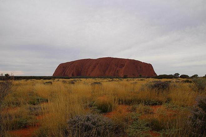 Uluru sous un ciel gris