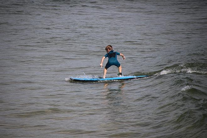 Enfant surfeur Byron Bay