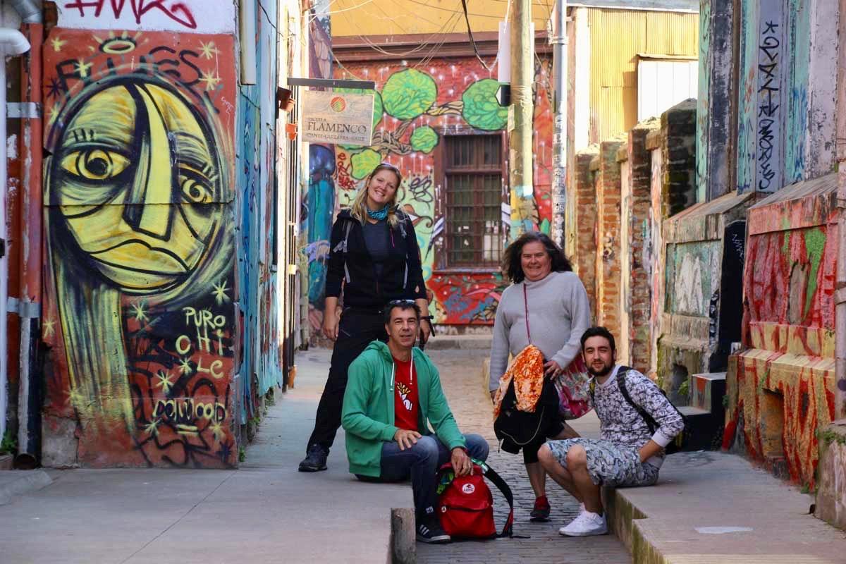famille rue street art Valparaiso Chili