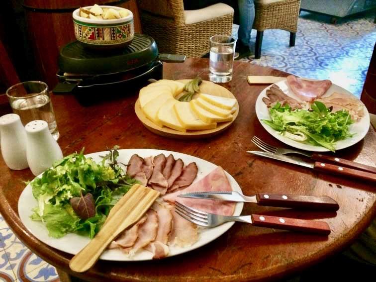 Raclette au buffet francais Cusco Perou