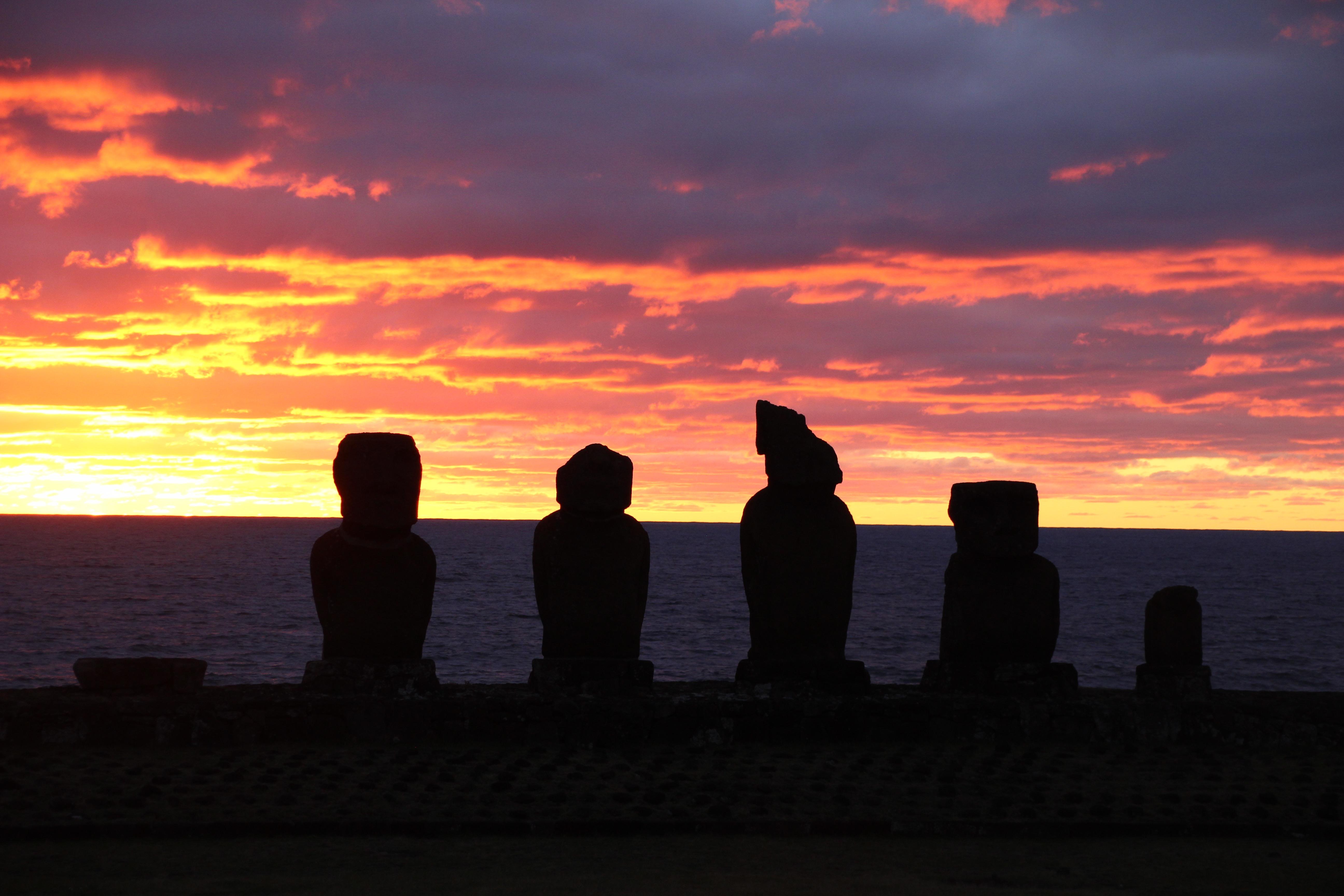 coucher de soleil île de pâques chili