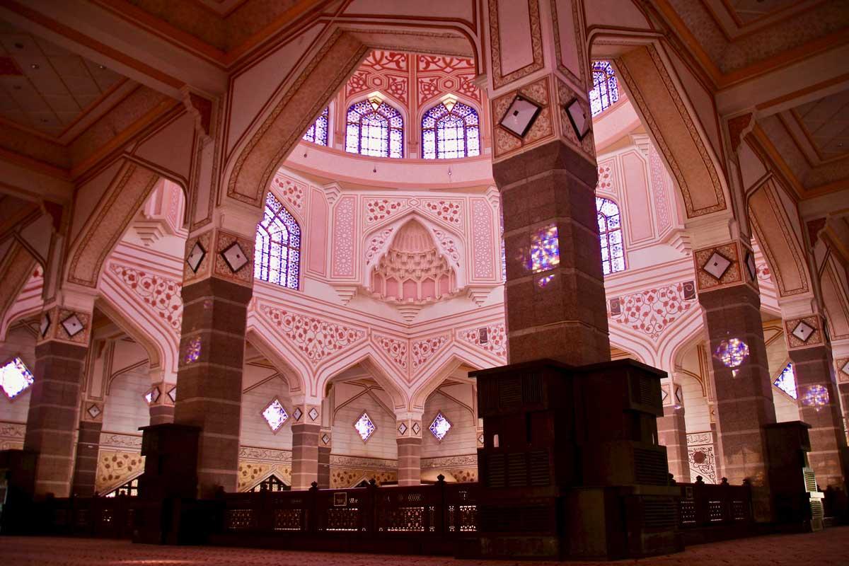 salle de prières de la Masjid-Putra Mosquée Rose à Putrajaya