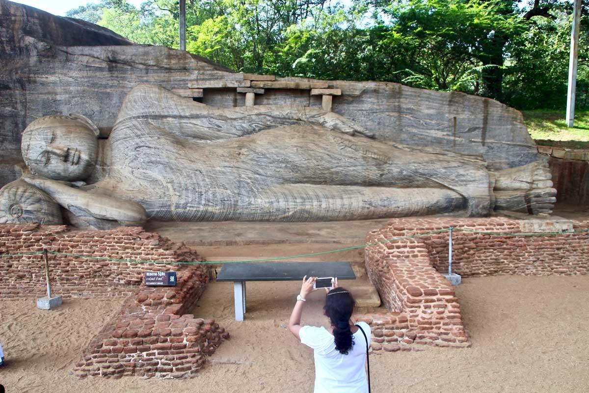 bouddha couche Polonnaruwa Sri Lanka