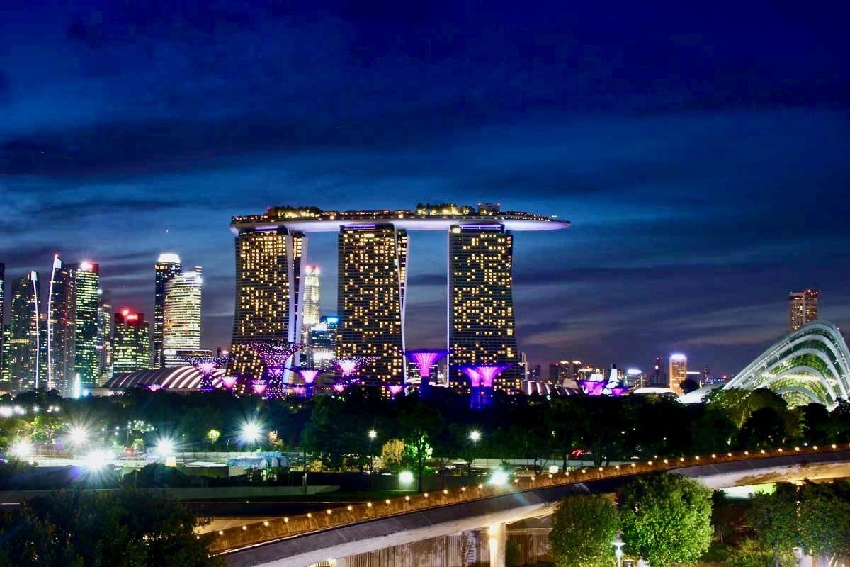 Skyline nuit Singapour depuis barrage
