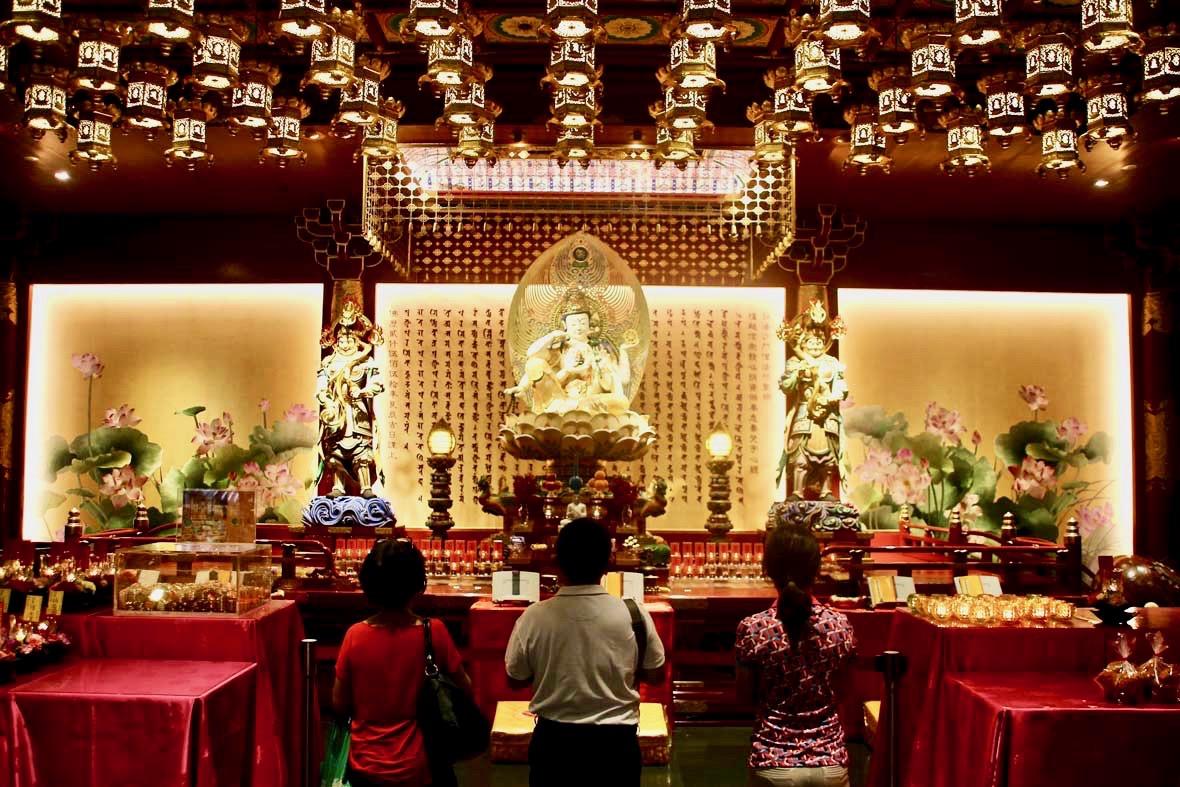 prieres temple de la relique de la dent de Bouddha