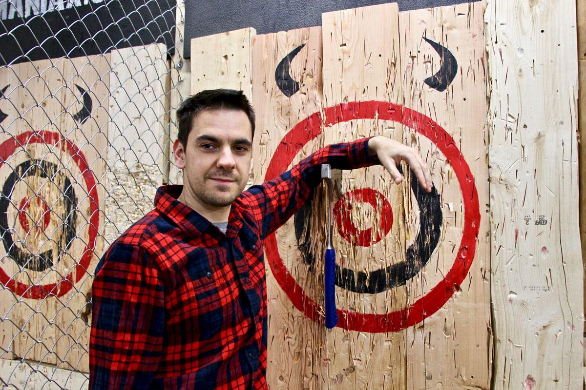 Tom dans le mille lancer de haches