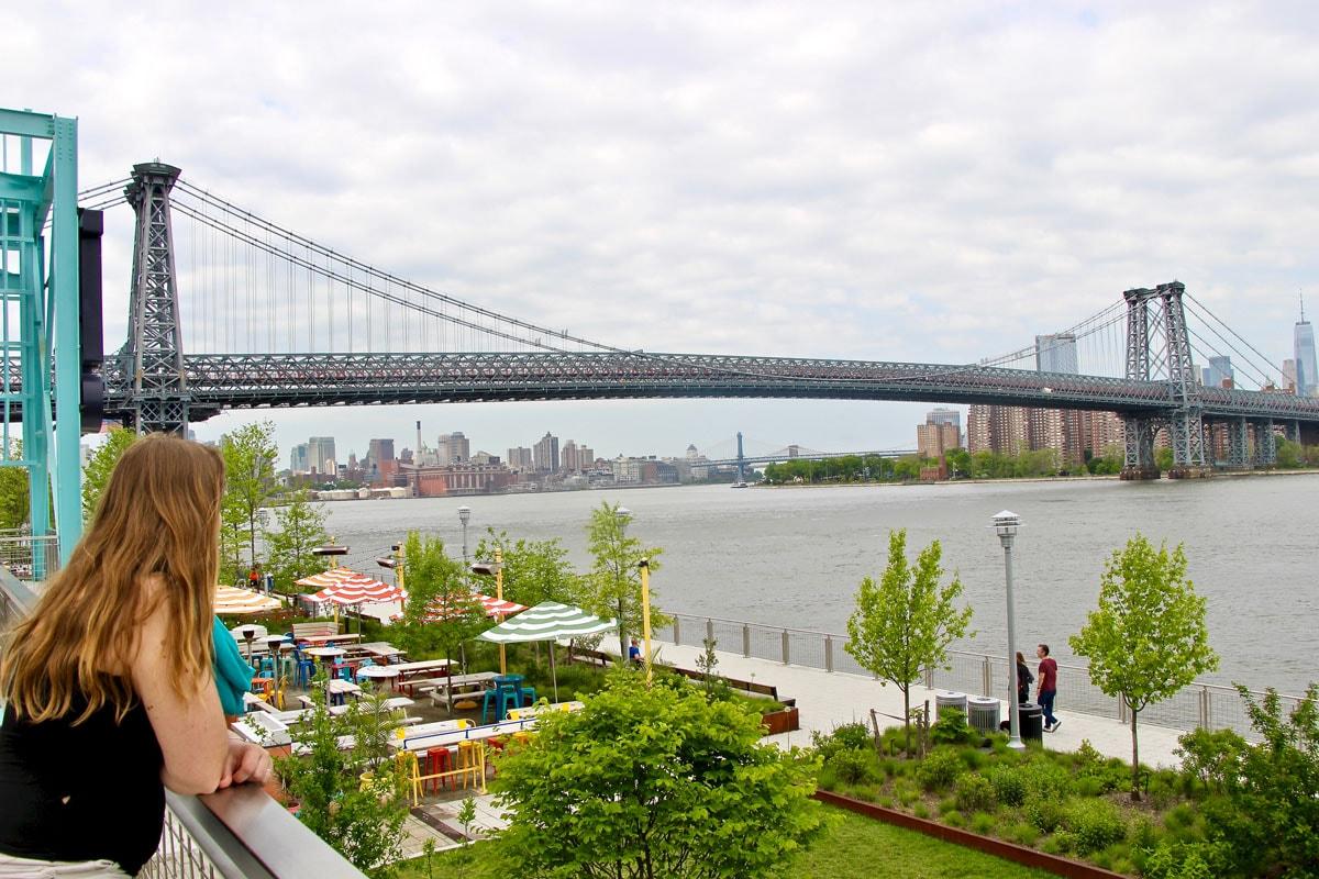 Elo vue Brooklyn Bridge depuis le Domino Park