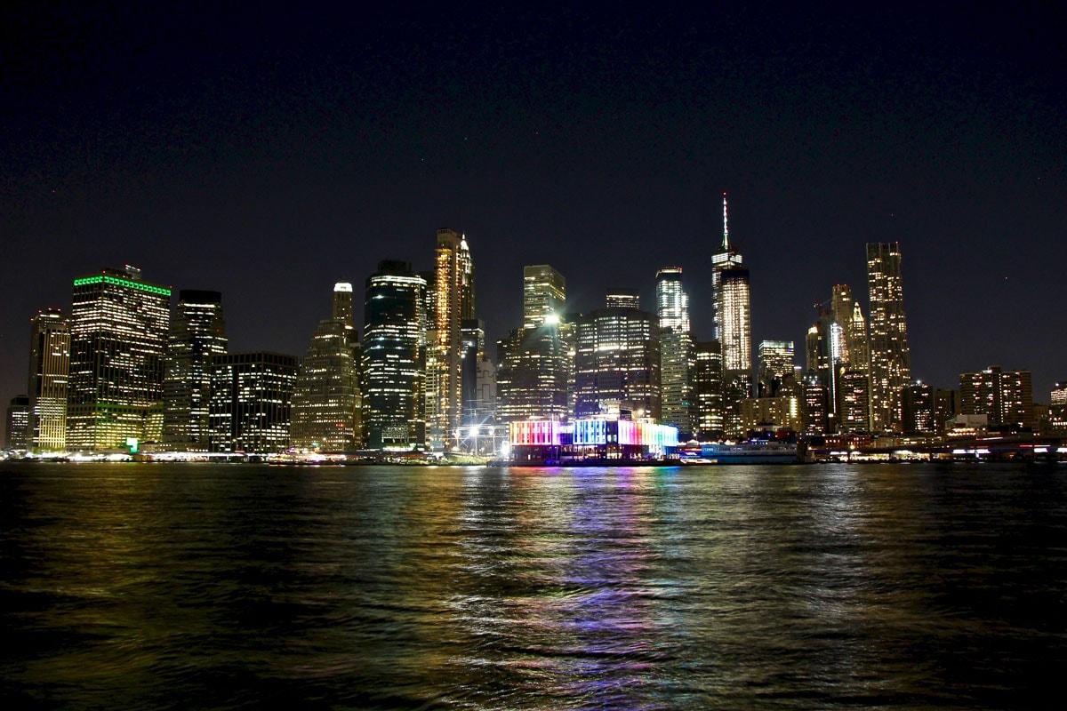 Skyline Manhattan de nuit vue depuis Brooklyn New York