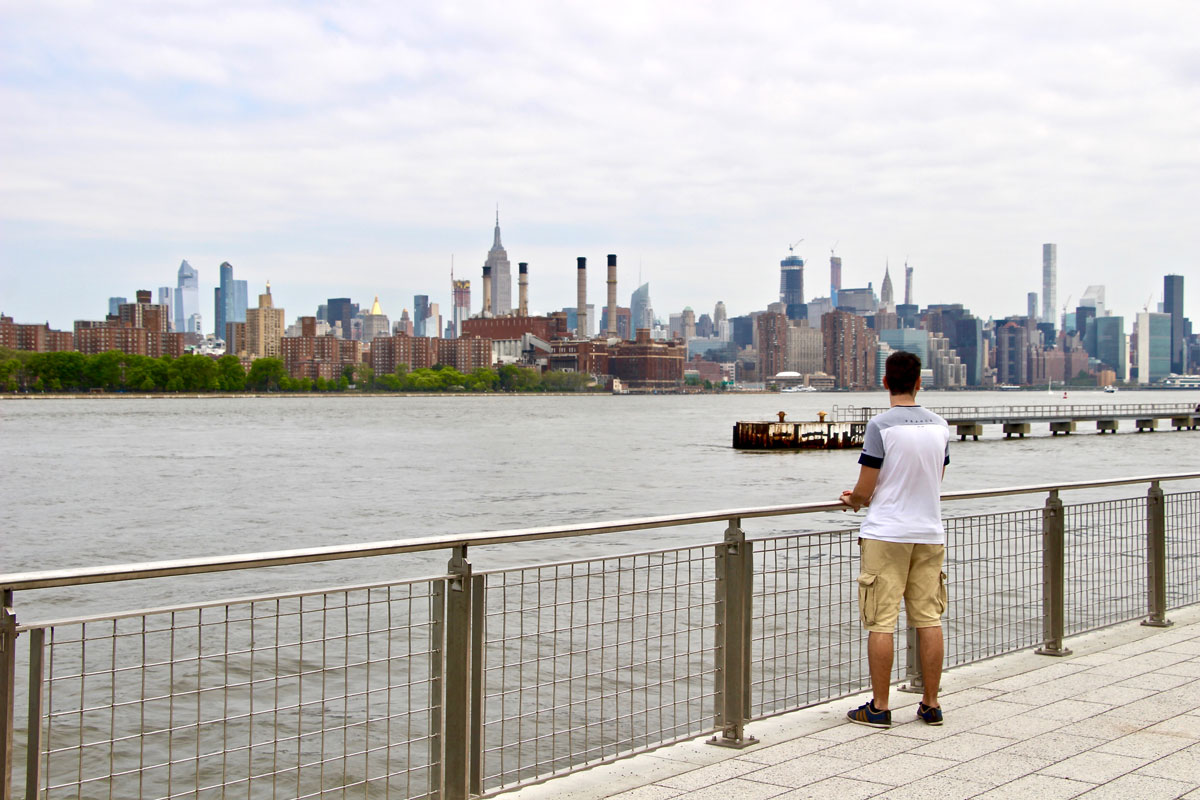 Tom devant le domino park vue sur Manhattan