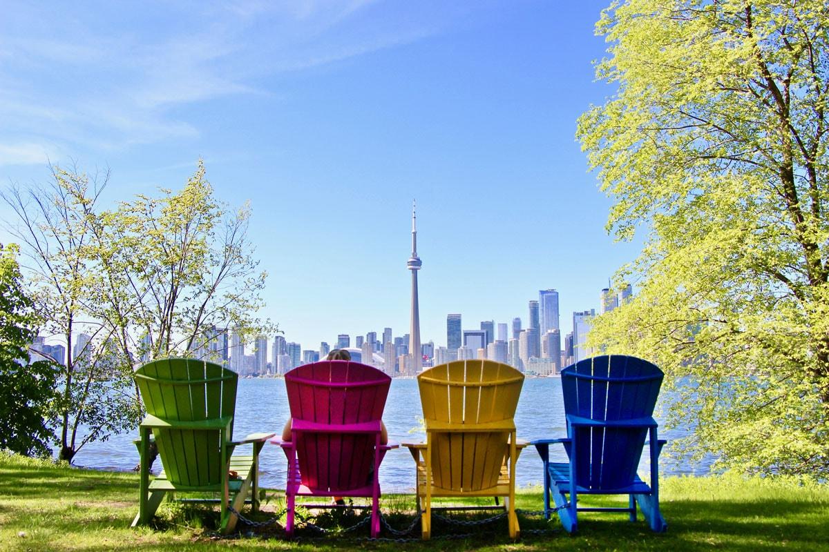 Chaises colorees iles de Toronto